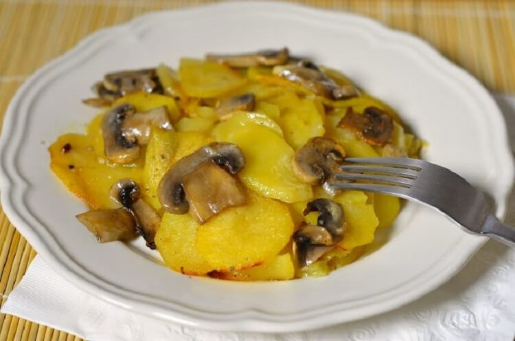 Обалденный картофель с шампиньонами в сметане — супер ужин!