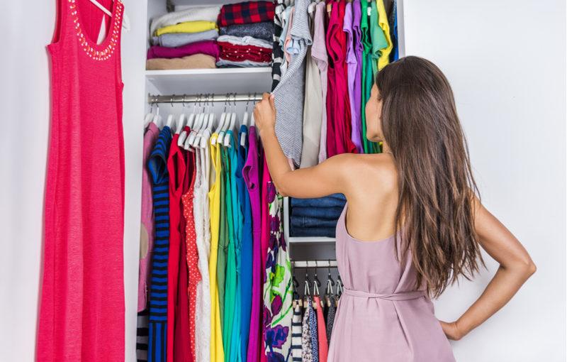 4 типа вещей, которые пора выбросить из гардероба