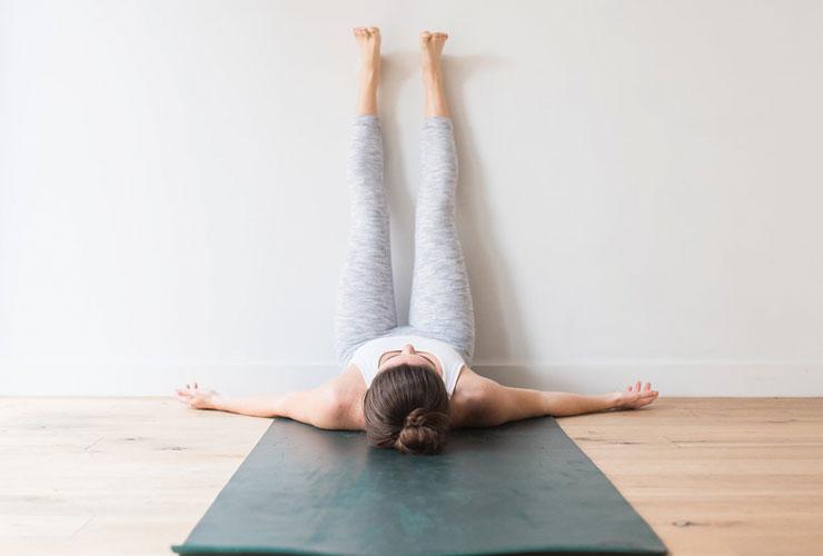 3 причины, почему закидывать ноги на стену — крайне полезное дело