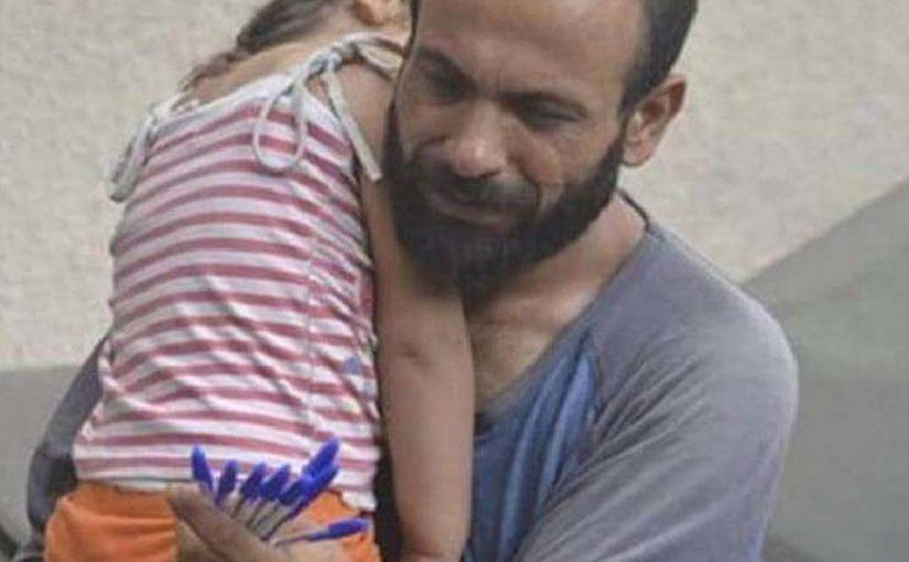 Мужчина с дочерью продавали ручки на улице для того, чтобы выжить
