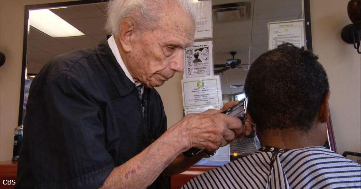 Реальная история: мужчина работает парикмахером уже 97 лет — с десятилетнего возраста