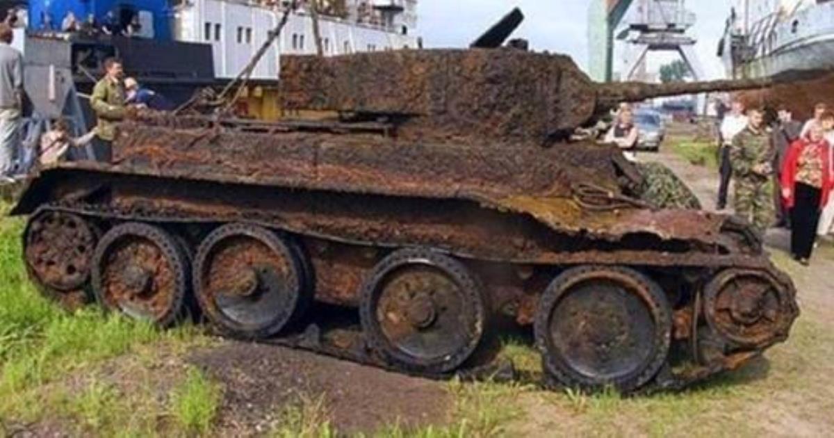Интересно: археологи нашли танк времён второй мировой и интересную находку внутри него